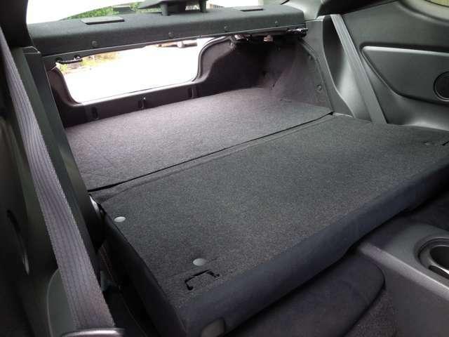 トランクスルーです!長い荷物をトランクから後部座席にかけて突き抜けて載せられます!使い出すとなかなかいい装備です!