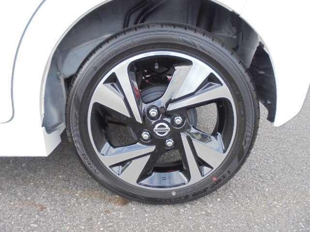 タイヤとアルミホイールです。タイヤサイズは165/55R15です