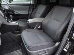前席はオプション設定の電動シートが装備されております♪エアリアルではシート色も専用色のブラックとなっております♪運転席・助手席シート共にキレや焦げ穴等もなくキレイな状態です♪