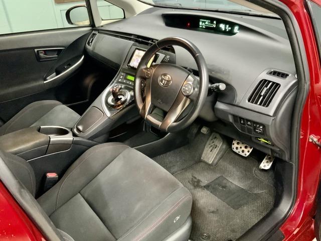運転席を開けた時に普通のプリウスとは違う印象を与えられますよね。