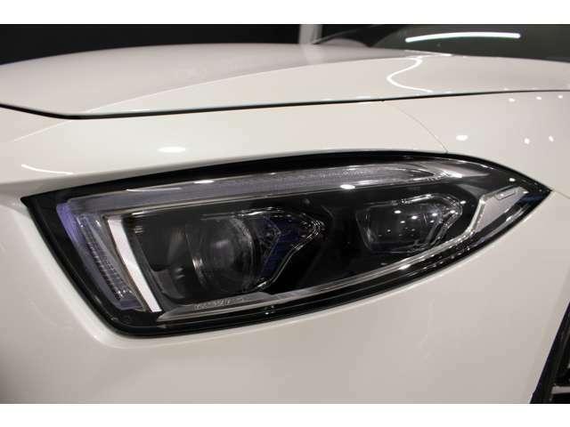 ヘッドライトにはフルLED独立制御システムが搭載されており、片側84個のLEDが作動します。