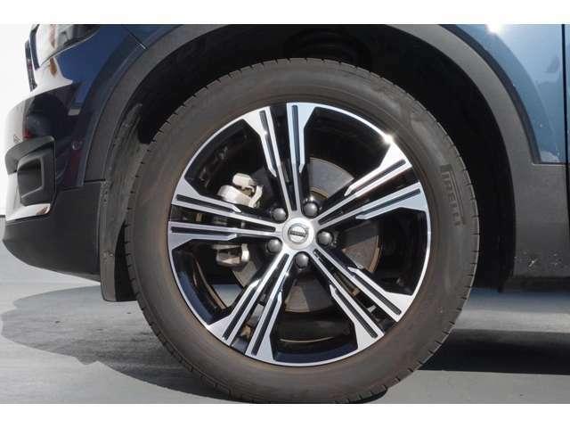 19インチのブラックのホイールが車の印象を引き締めます!タイヤもボルボ車専用タイヤなので心地よい乗り心地を体感できます。
