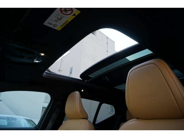 電動パノラマ・ガラス・サンルーフを採用することにより天気の悪い日も日差しを車内に入れることができます。後ろの席に座った方にも、解放感を提供できます。