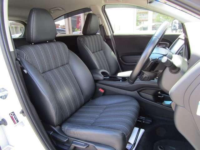 長時間の運転でも疲れづらいシート。固すぎず、柔らかすぎない、シンプルなデザインです。サイドのレバーで、簡単に座席の角度調節が可能です!