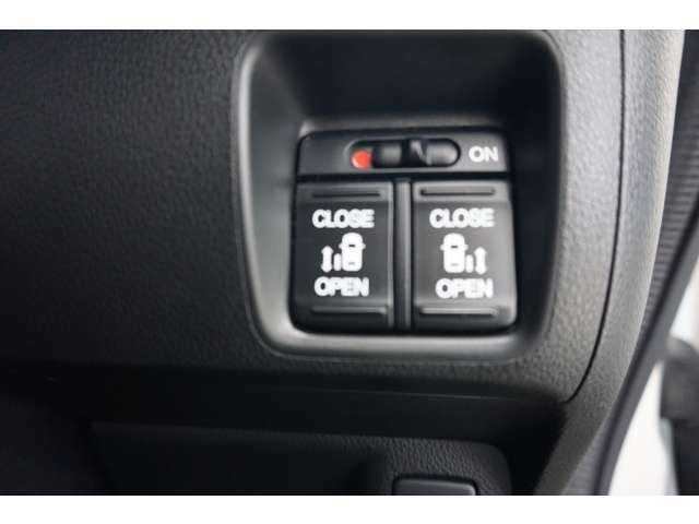 両側スライドドア!電動スライドすることで小さいお子様やご年配のかたも簡単にスライドドアが開閉でき、タクシー感覚で乗降時にお楽しみいただけます♪電動機能はOFFにもできます。
