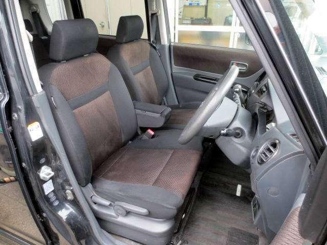 綺麗なフロントシートです。 目立つ汚れやヘタリ・匂いも感じません。 小物入れ付きの肘掛けは便利ですよ8^o^)v