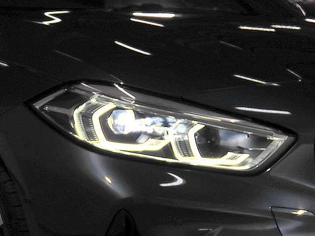 LEDヘッドライト。キセノンに比べて明るさと照射範囲が向上し、消費電力も低減のため省燃費に貢献。