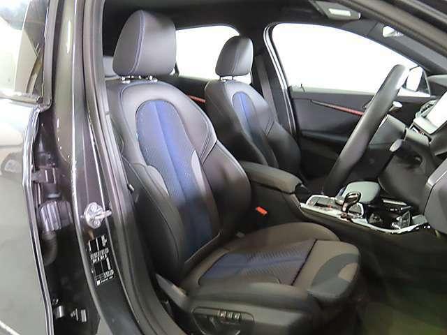 ハーフレザーシート&スポーツシート&シートメモリー付き電動調整パワーシート搭載。
