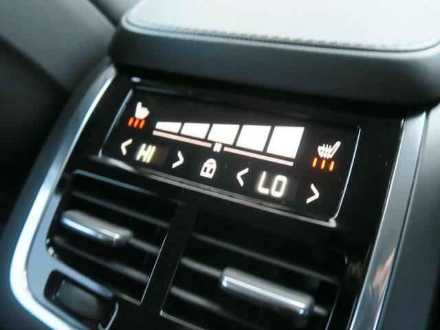 後席にも独立したエアコンが備えられており、コンソール後部の液晶より操作が可能です。広々とした後席空間は「フラッグシップモデル」にふさわしい空間が広がります。