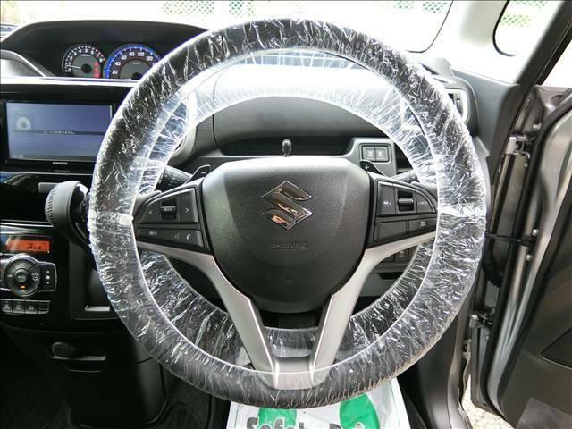 運転席に座るとこのような感じです♪ステアリングスイッチもナビと連動しています!