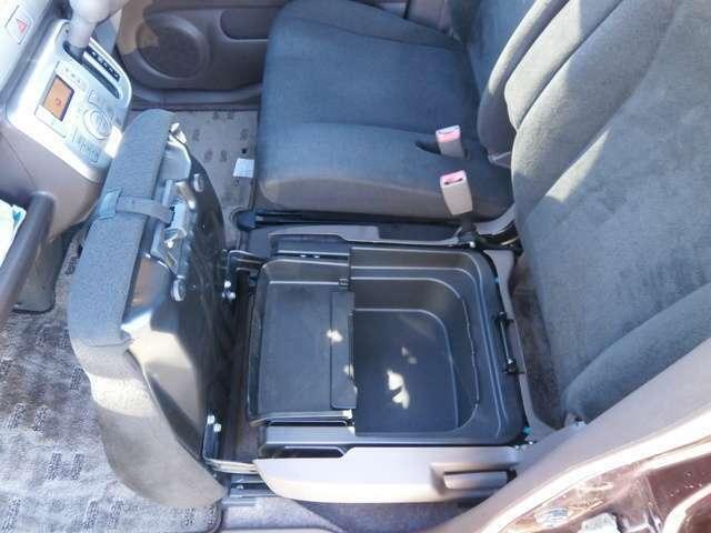 助手席シート下に収納が有りますので車内がスッキリしますね♪