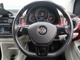 Volkswagen全車共通の上質な本革を使用した手触りのしっとりとしたステアリングです。唯一素肌が触れるハンドルは上位モデルと同じ握り心地になっております。