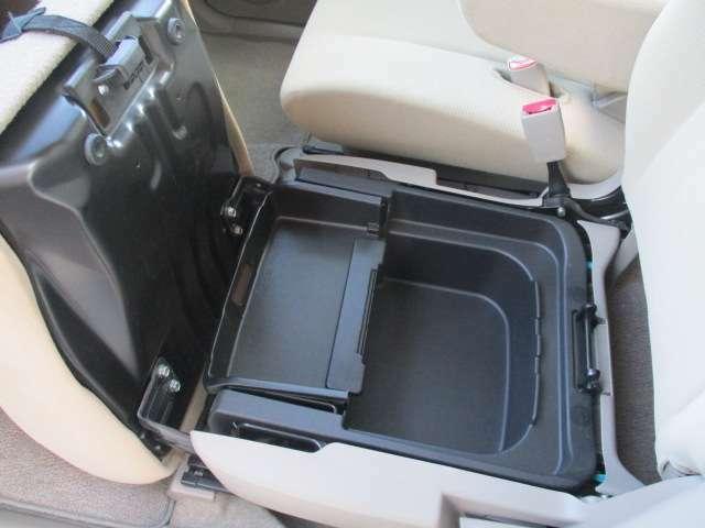 助手席の座面の下にも収納スペースが用意されております!少し大きい物でも保管しておけます!