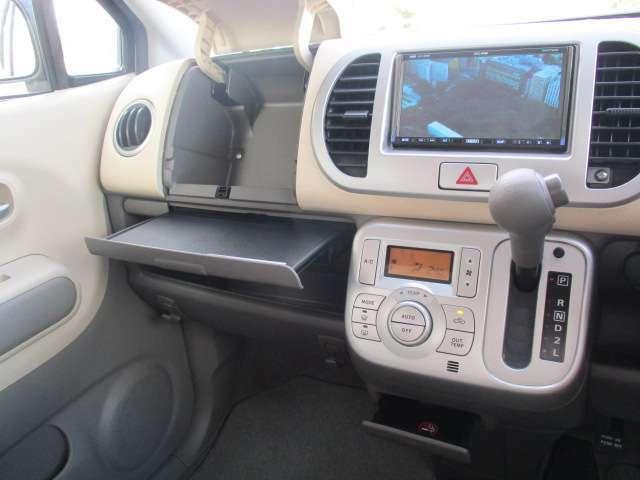 フロントシート周辺には小物を収納しておけるスペースがたくさんあります!収納スペースが多いと便利です!助手席のシートの前にはテーブルも装備されています!