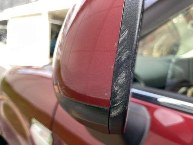 右側ミラーの擦り傷です。