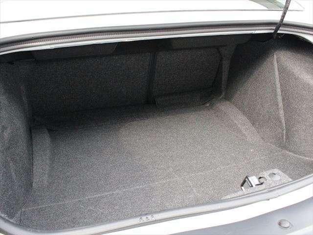 トランクも十分な広さがあり、後席とのトランクスルーも可能です