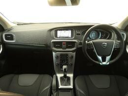 現行型コンパクトシティカーV40が入庫致しました!弊社デモカーアップの車両になりますので内外装共にとても綺麗な状態を保っております!快適装備はもちろん!安全装備も充実していますので是非ご覧ください!