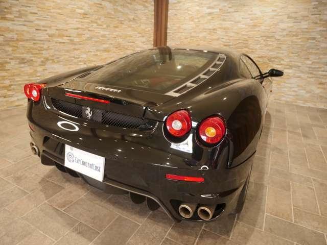 エンツォフェラーリを彷彿とさせるテールレンズは一目でフェラーリとわかるアイデンティティがあります。
