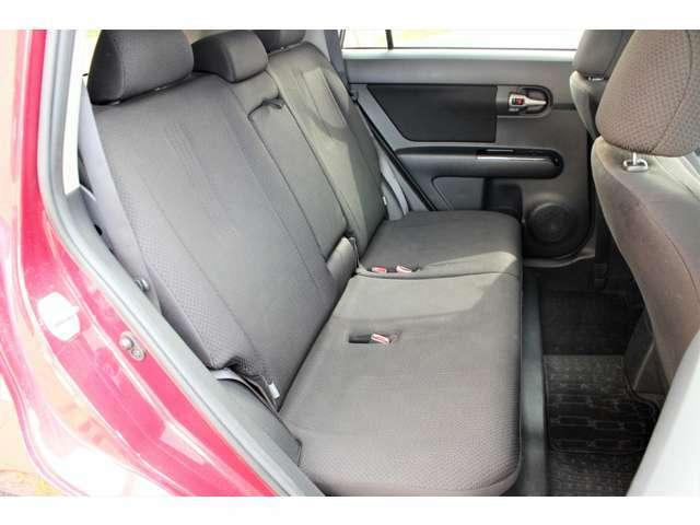 【後部座席】後部座席もゆったりと座れるスペースが確保できます!!足元も広々しております☆大人数でのお出かけも会話が弾みますね♪
