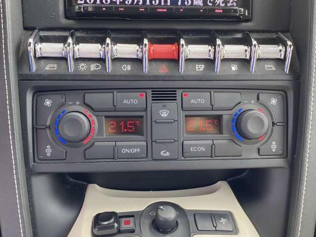 左右独立デュアルエアコンとなります。各スイッチ類もセンタパネルに配置されています!