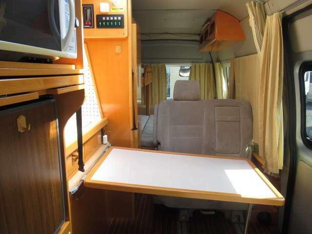 後席は対面シートが装備されております!