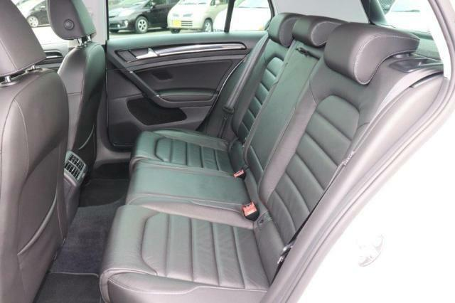 後部座席は3人がけのレザーシートになっております!大人の方が乗っても、不自由のない空間になっており、後部座席用のエアコン吹き出し口もございます!