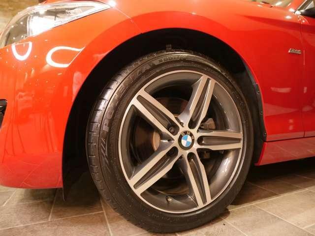 タイヤはブリジストンが履かれており溝は8.5分山ほどありますので交換の必要はありません。ガリ傷もありません。
