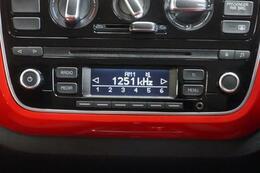 CDの挿入口があります、ここから音楽再生ができます、快適ドライブには素敵な音楽は欠かせません♪。