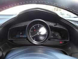 運転席のメーターフード上にはヘッドアップディスプレイを装備。車速や交通標識、ナビゲーションの案内などの情報が映し出されます!