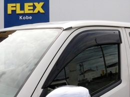 あると便利なサイドバイザーも装着済み! 窓を開けた状態での走行中に、風が直接車内に入り込むのを防ぐ効果が期待できると共に、雨が降った際に水滴が車内に入り難くなる効果も期待できます。