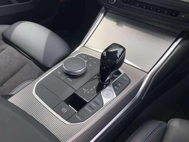 iDriveコントローラーはナビ等のディスプレイ操作を行うものです。最先端の人間工学に基づいて設計されたコントローラーは、扱い方もごくシンプルなためすぐにその使い方を理解して直感的に操作することができます。