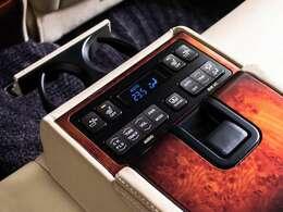 後席専用の操作スイッチが中央のアームレスト内に用意されます。