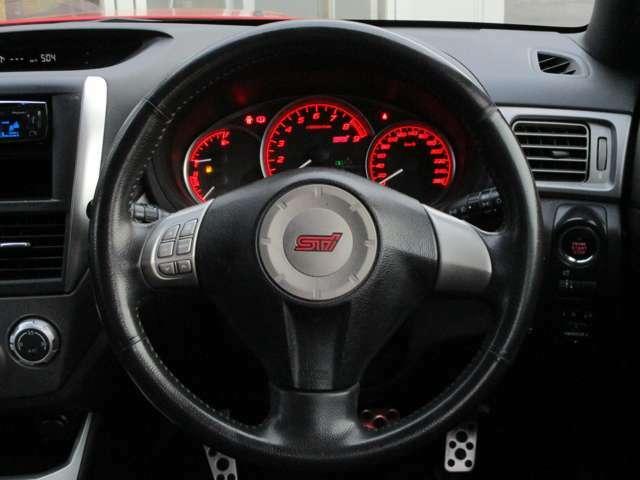 スポーツタイプの車にありがちなステアリングの表皮剥がれや傷、ダメージも無く、とても綺麗な状態です。