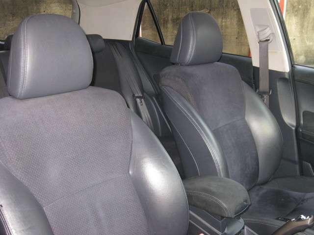 ハーフレザーのシートです☆運転中のホールド感もよく、長距離運転も疲れづらいです☆