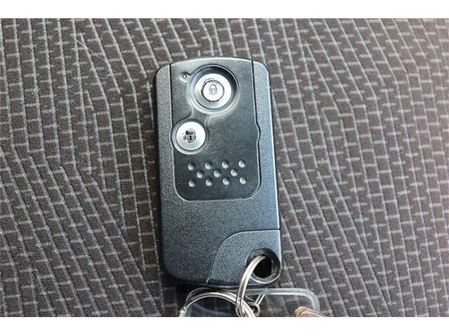 キーを持っていれば、リクエストスイッチを押すだけでドアやバックドアの開錠・施錠が行えます。キーを出す必要がなく、重い荷物を持ったまま、バックやポケットの中のカギを探す事はもうありません♪