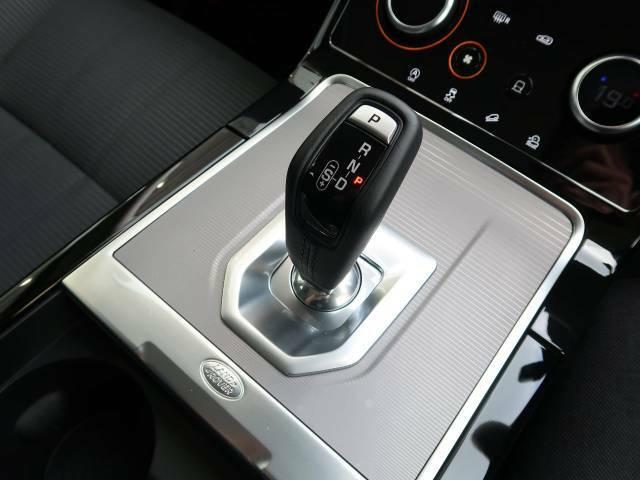 特徴的なシフト周りや、操作性の高い各スイッチ類もべたつきや、使用感も少なく快適なドライビングをサポートいたします。特徴的なドライビングモードの切り替えも容易に行えます。