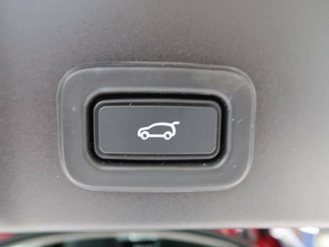 パワーテールゲート。ボタン操作一つでリアゲートの自動開閉をおこないます。女性にも喜ばれるポイントの高い装備ではないでしょうか。