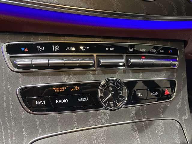 エアコン操作のボタン等、パネル下に集約されています