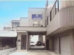 ★店舗外観、広く入りやすいお店です。青い大きな建物が目印★