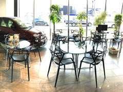 ★店内はまるでカフェ★商談テーブルは7席、広々ゆったりの店内です!ドリンクをご用意してお待ちしております♪