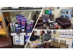 商談スペースや事務所内には各種グッズの展示、販売もしております。