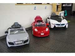 お子様連れもごゆっくり楽しんで頂けます!!お子様専用電気自動車(BMW i8 concept&Audi R8 Spyder)もご試乗可能です!!
