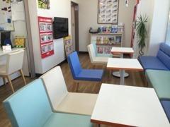 お車商談コーナー!!!店内にはコーヒーメーカーや自動販売機も設置しています