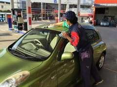 洗車作業中!当店はキーパープロショップ認定店です。お車の事ならお任せ下さい!
