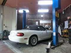 納車前点検は自社整備工場にて行っております。車検等も承れますので、ご相談ください。