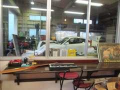 ◆商談コーナーから工場の様子をご覧頂けます。お茶でも飲みながら作業を眺めることが可能です。