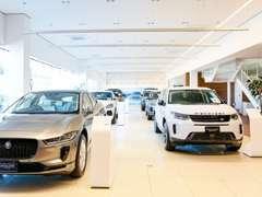 2階建てショールームには最新モデルの展示車を10台展示!
