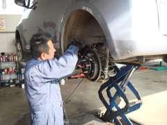 ◆国家資格整備士が納車前に法定点検整備を実施します。特にブレーキなどの安全にかかわる部品は念入りにチェックを重ねます。