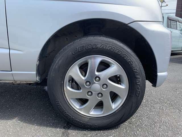 純正15インチAWにノーマルタイヤをはいており、タイヤ山はおおよそ各3分山程度ですが、劣化の為か少しヒビを感じました、タイヤサイズは175/80R15です。 スペアタイヤは背面タイヤがついております。