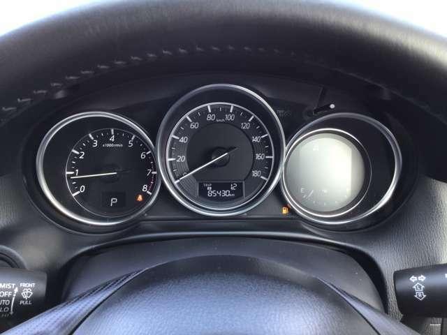 真ん中にスピードメーター、左側にタコメーター、右側は各種情報の表示部となっており視認性がよくスポーティな三連メーターになっています。